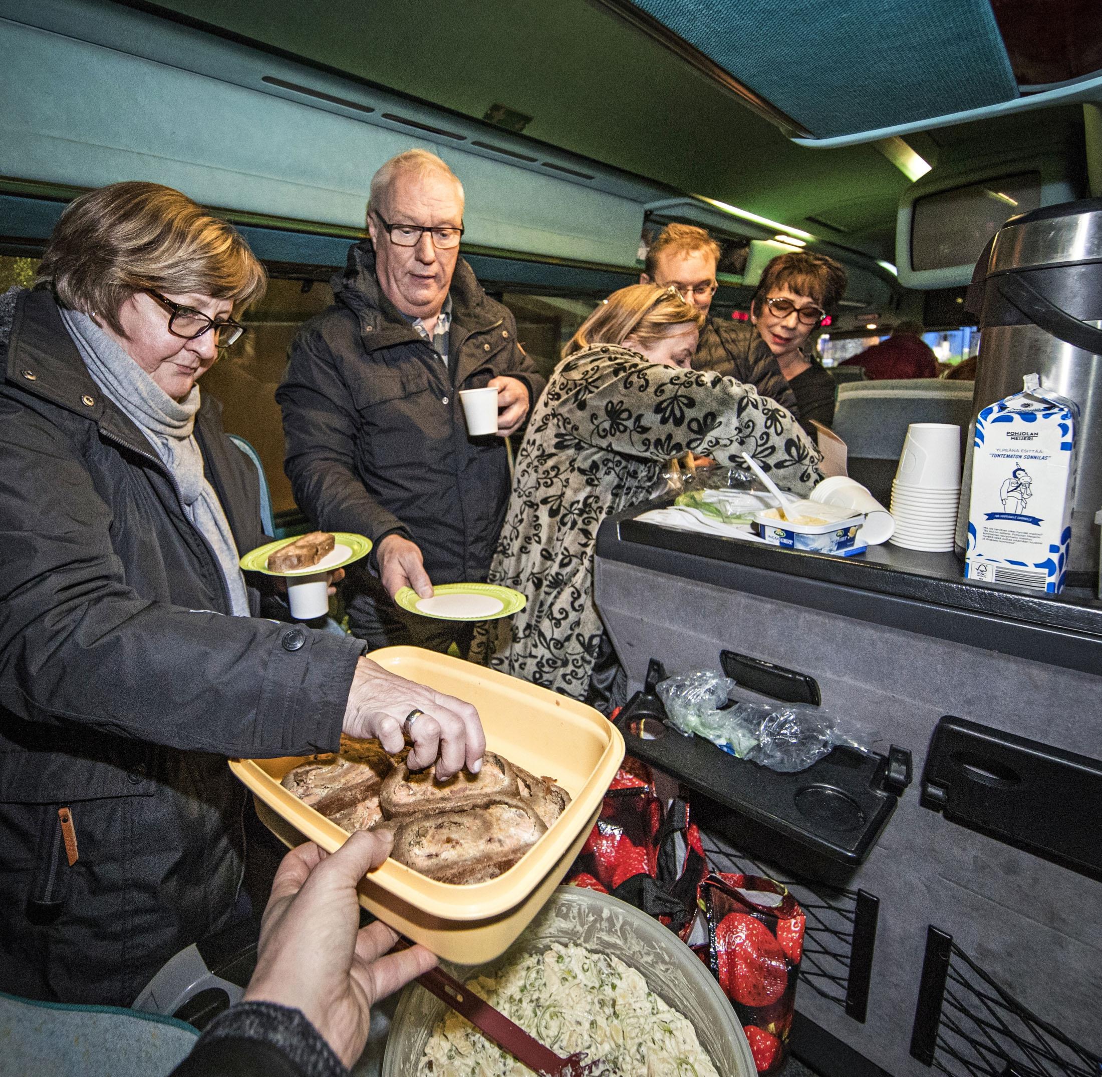 Moilasen bussissa ei nälkä yllätä. Tarjolla on Eija Erosen valmistamaa kalakukkoa ja perunasalaattia.