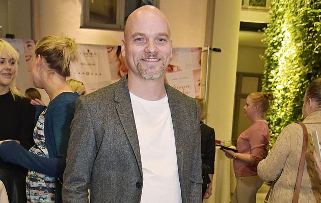 Niko Kivelä on stand up -koomikko, joka kihlautui Anni Hautalan kanssa.