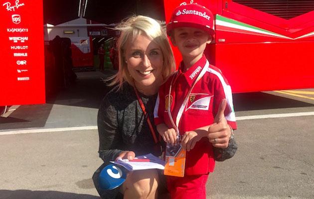 Ranskalainen Thomas purskahti itkuun Barcelonan osakilpailussa, kun Kimin kisa päättyi keskeytykseen. Onneksi pienifani tapasi Kimi Räikkösen myöhemmin varikolla.