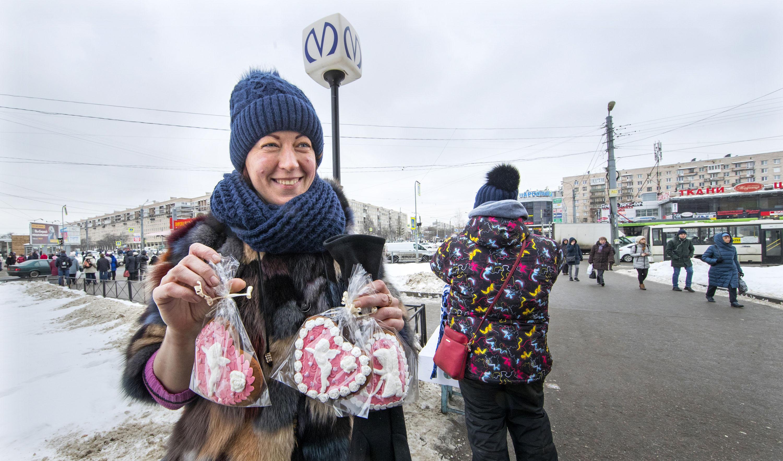 Ukrainan Donbassista Pietariin muuttanut Aljona Lutajeva elättää itsensä myymällä omatekoisia pipareita metroaseman kupeessa.
