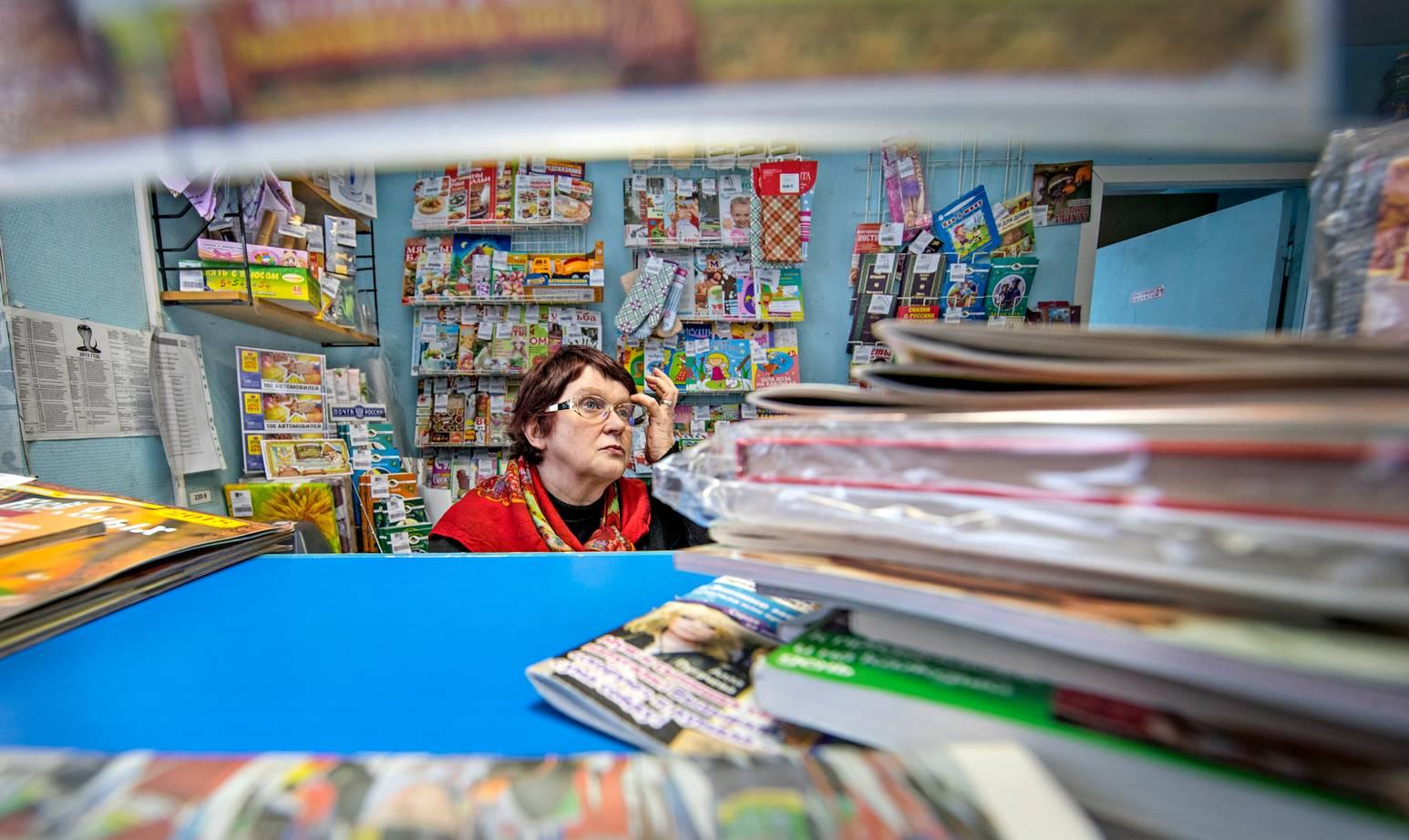 Postikonttorissa työskentlevä Galina Jurgel pitää etenkin nuorten lapsiperheiden asemaa Venäjällä vaikeana.