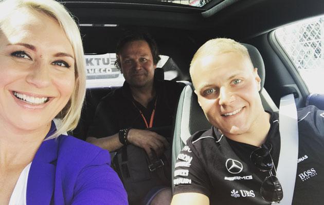 Mervi Kallio F1-kuljettaja Valtteri Bottaksen kyydissä Monacossa.