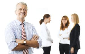 Vallan kahvassa työpaikoilla on yleensä keski-iän ylittäneitä miehiä.