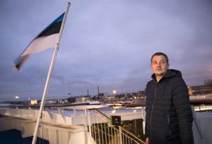 Helsinki jää taakse, ja koti odottaa. Kirvesmies Ilmar Allikas tekee Suomessa pitkää päivää, jotta hänelle jäisi viikonloppuisin mahdollisimman paljon aikaa perheensä kanssa.