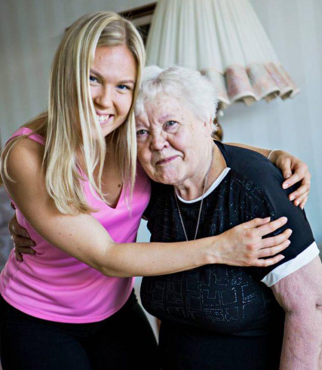 Anni Korhonen ja hänen varamummo Lea Ratalahti tapasivat Mummon kammarin kautta.