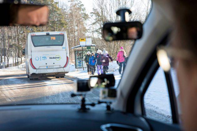 Nyt tarkkaillaan lapsia ja odotellaan ihan rauhassa, että bussi lähtee pysäkiltä. © TOMMI TUOMI / OTAVAMEDIA
