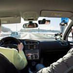 Liikenneopettaja Mika Vihreälehto sai tehtäväkseen opettaa toimittajan uudelleen ajamaan.