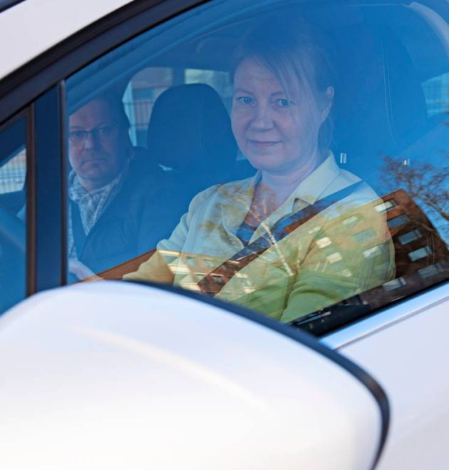 Seuran toimittaja Miia Saaren ajotaito kaipaa pientä kertausta.