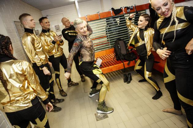 """Tunnelma tanssijoiden pukuhuoneessa on rento. """"Minulla ei ole tässä ryhmässä mitään erivapauksia, enkä haluakaan, että on"""", Antti Tuisku kertoo."""
