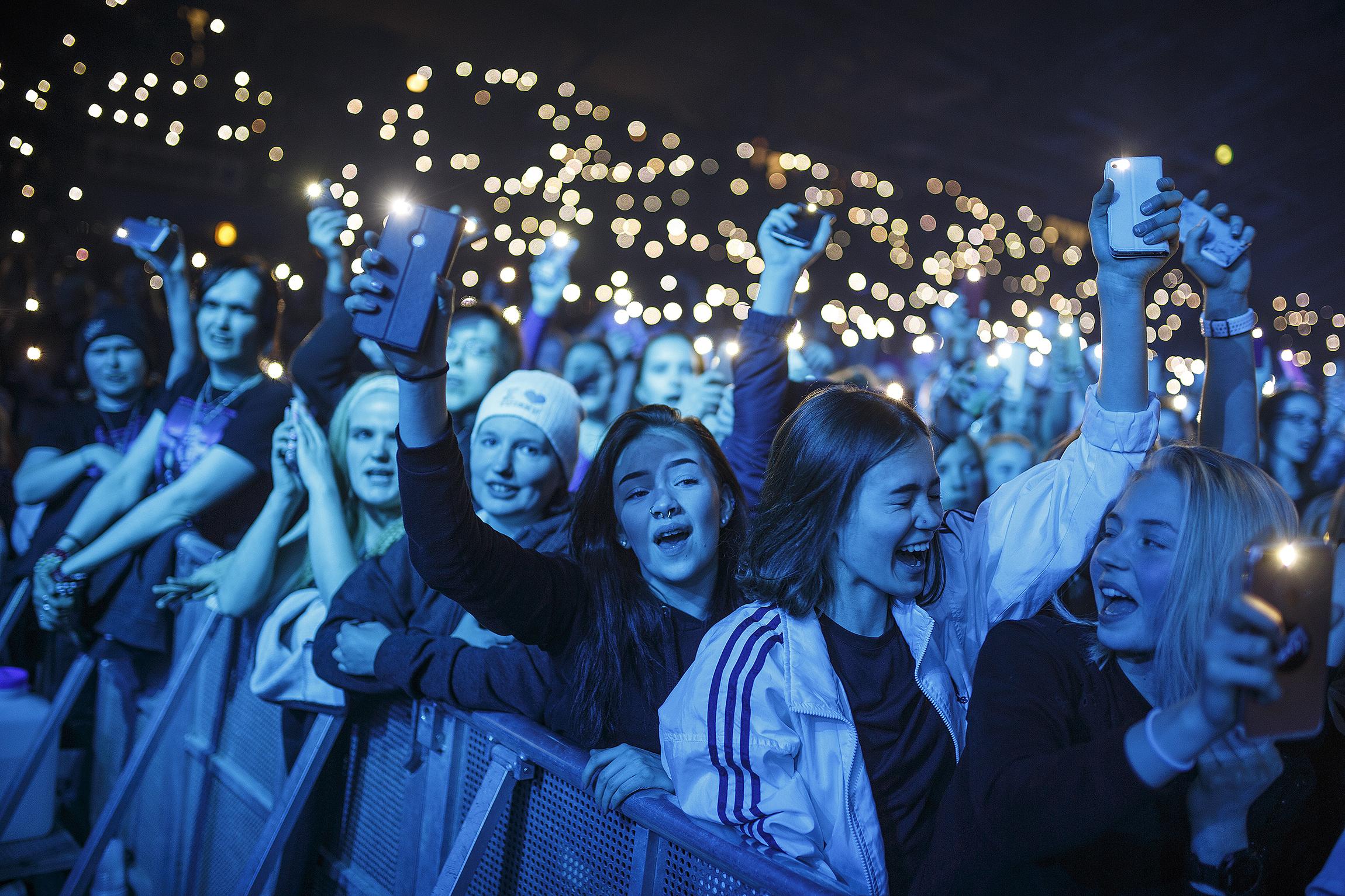 Kuopio-halli muuttui yhden illan ajaksi kynttilämereksi. Intohimoisimmat fanit saapuivat jonottamaan eturivin paikkoja pakkaseen ennen aamukahdeksaa.