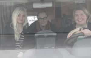 Asuntoautossa Erja Blomberg, Jussi Wiik sekä Saara Puranen