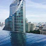 Okura Prestige on yksi Bangkokin lukuisista hotelleista, joiden kattoterassilla voi pulikoida pilvenpiirtäjien keskellä.