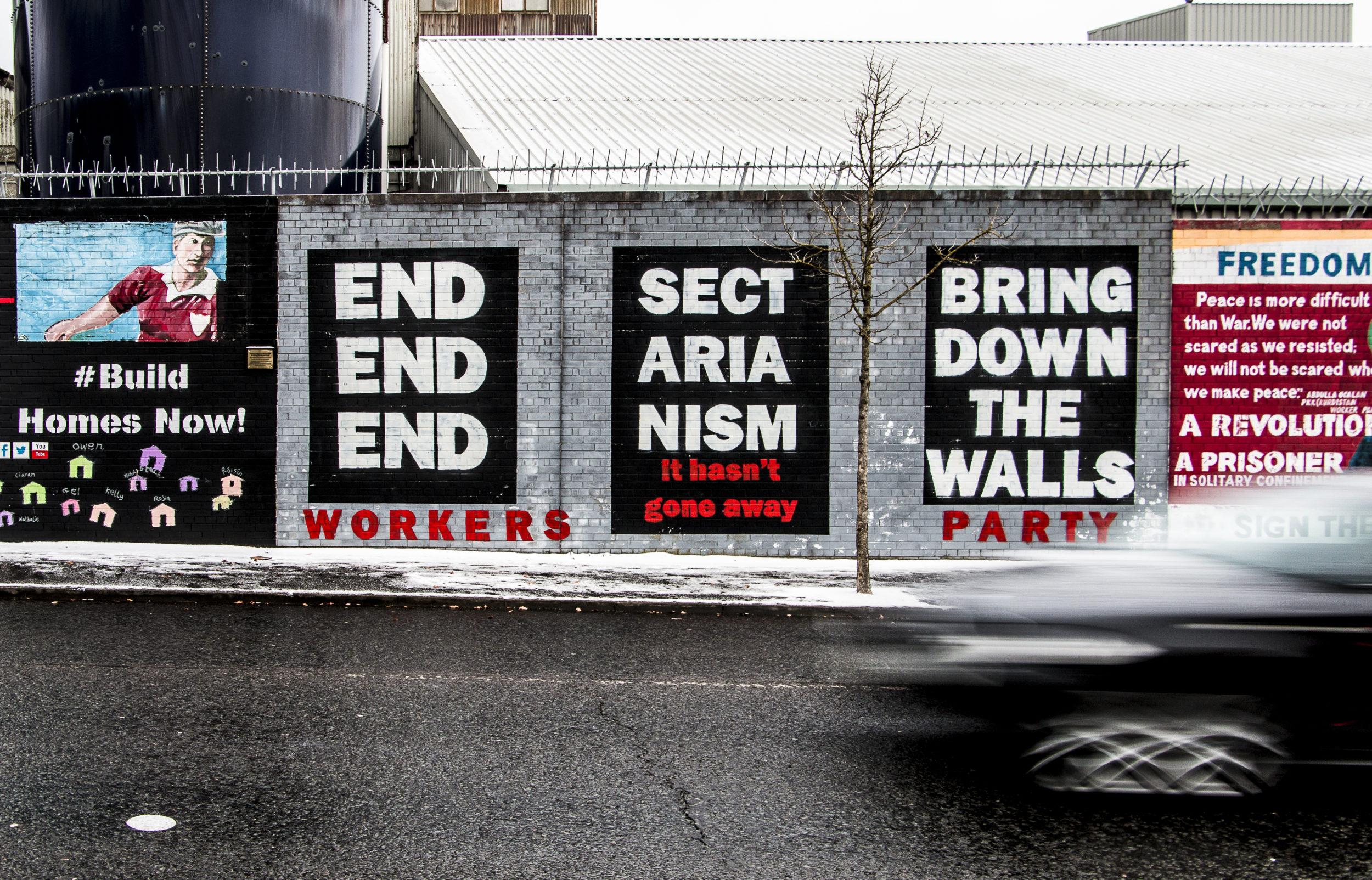 Repikää muurit alas! Belfastin graffiteista osa on omistettu rauhanaatteelle.