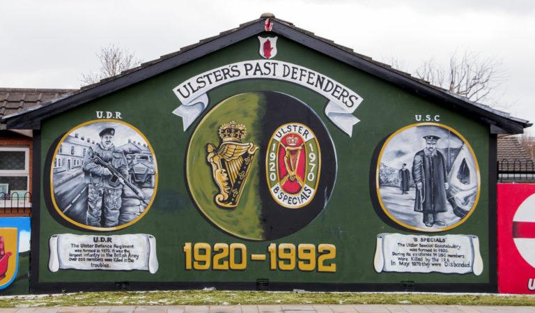 Brittiarmeija ja lojalistitaistelijat kuvataan Belfastin protestanttilähiöiden katutaiteessa sankareina ja IRA:n terrorin uhreina. Katolilaisten lähiöissä asetelma keikahtaa toisin päin.