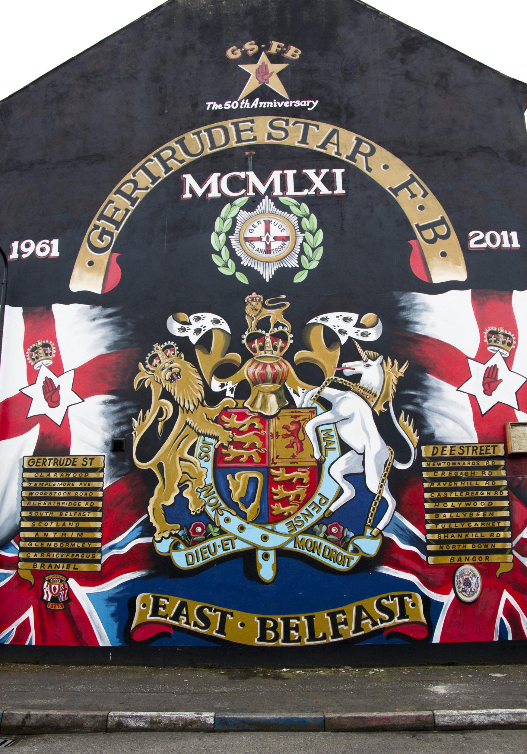 Belfastin katutaide muuttuu hiljalleen rauhanomaisempaan suuntaan. Gergtrude Star F.B. -soittokuntaa ylistävä maalaus on täynnä brittiläistä ja unionistista symboliikkaa, mutta ilman aseita ja puolisotilaallisten jengien tunnuksia.