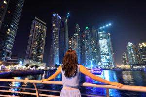 Dubai tunnetaan myös pilvenpiirtäjistään.