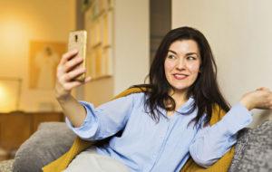 Nainen ottamassa selfie-kuvaa