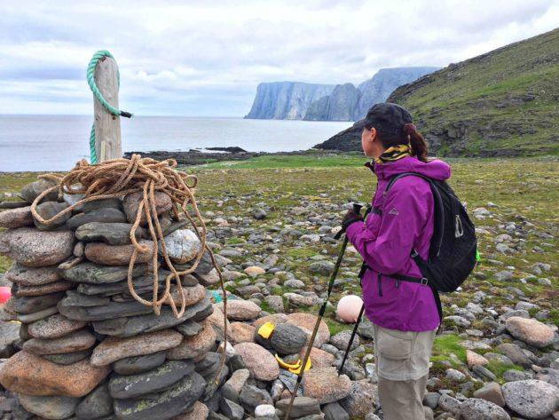 Knivskjelloddenin lahdelmasta voi katsella hieman etelämpänä sijaitsevaa Nordkappin jyrkännettä.