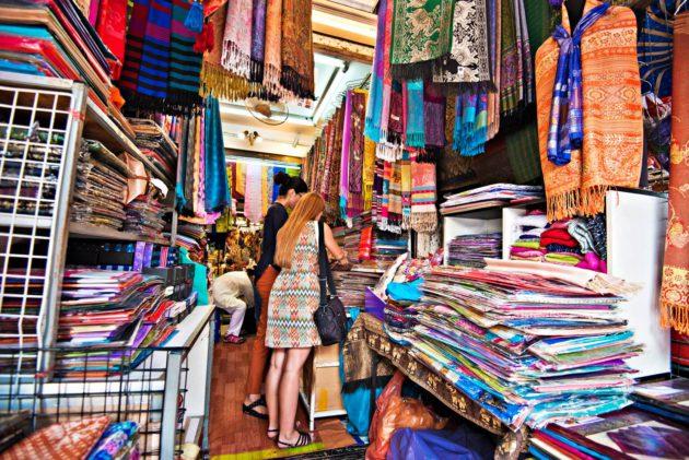 Thaimaa on erinomainen ostosmatkakohde. Kiertele basaareissa ja tuo kotiin esimerkiksi silkkikankaita.