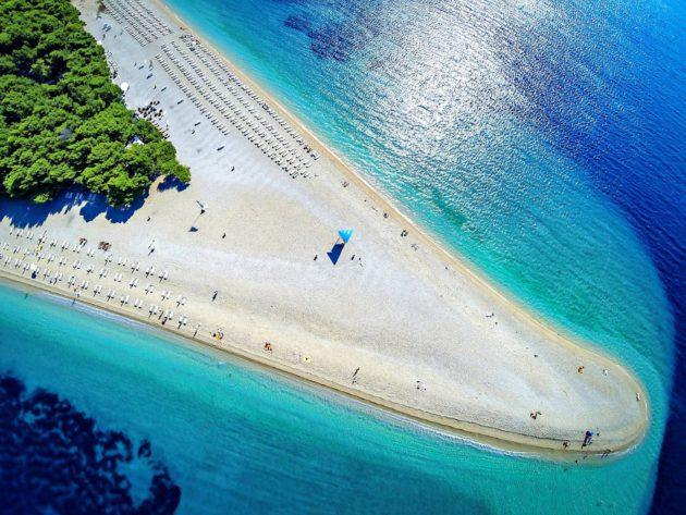 Yksi suosituimmista rannoista Zlatni rat sijaitsee Bracˇin saarella.