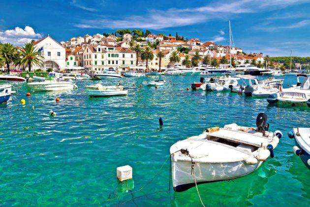 Hvarin saari tarjoaa matkailijoille aktiviteetteja kuten purjehtimista, sukellusta ja pyöräilyä.
