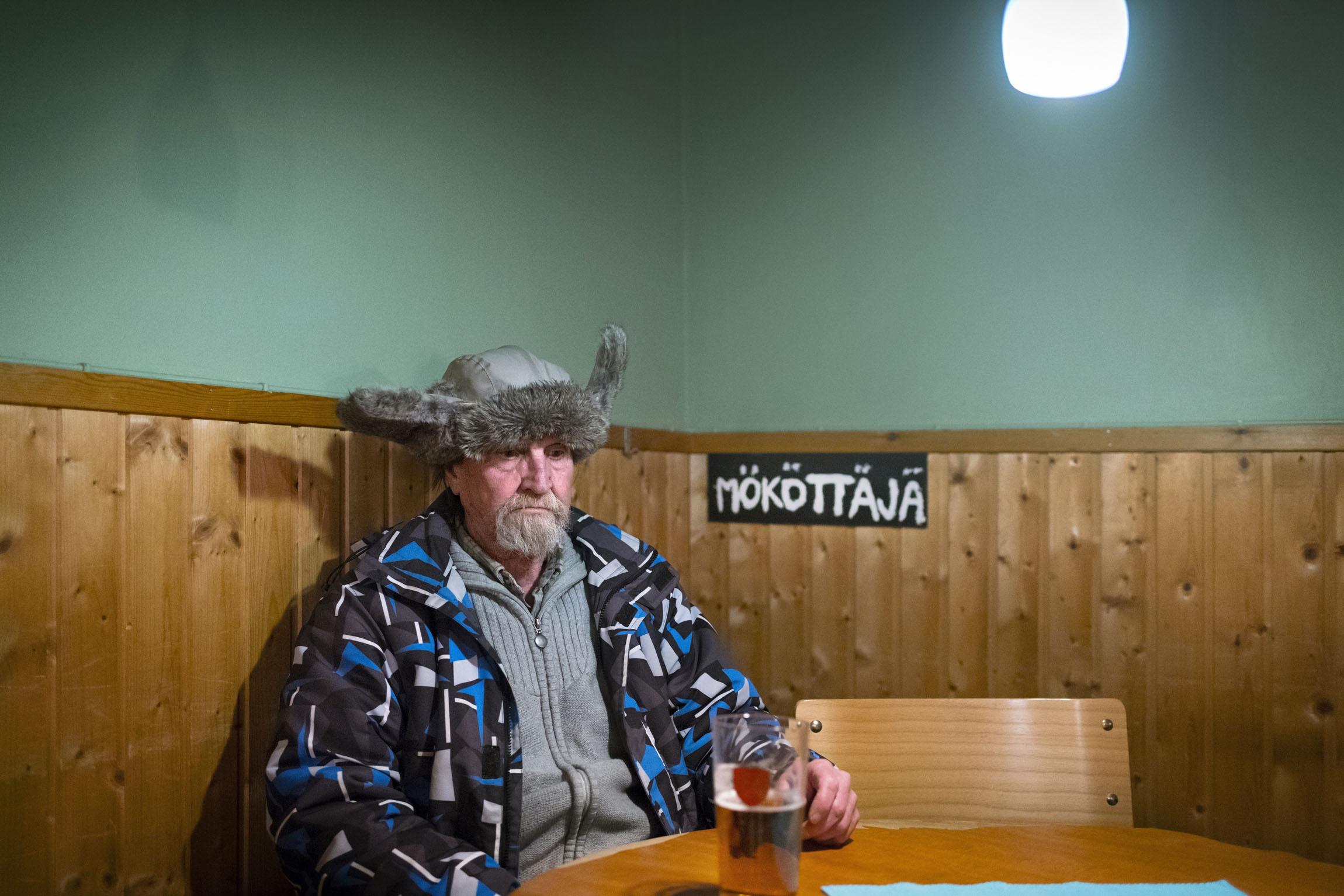 Sakari Koivunen murjottaa pahantuulisuuttaan pois ravintola Jussilan mökötysnurkassa.