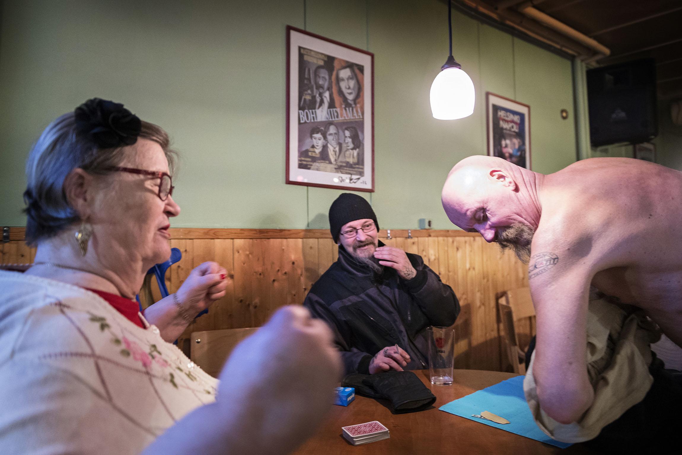 Ari Sitronen (oik.) esittelee Citroën-kerhon tatuointiaan Marja-Liisa Uitolle ja Harri Turuselle.