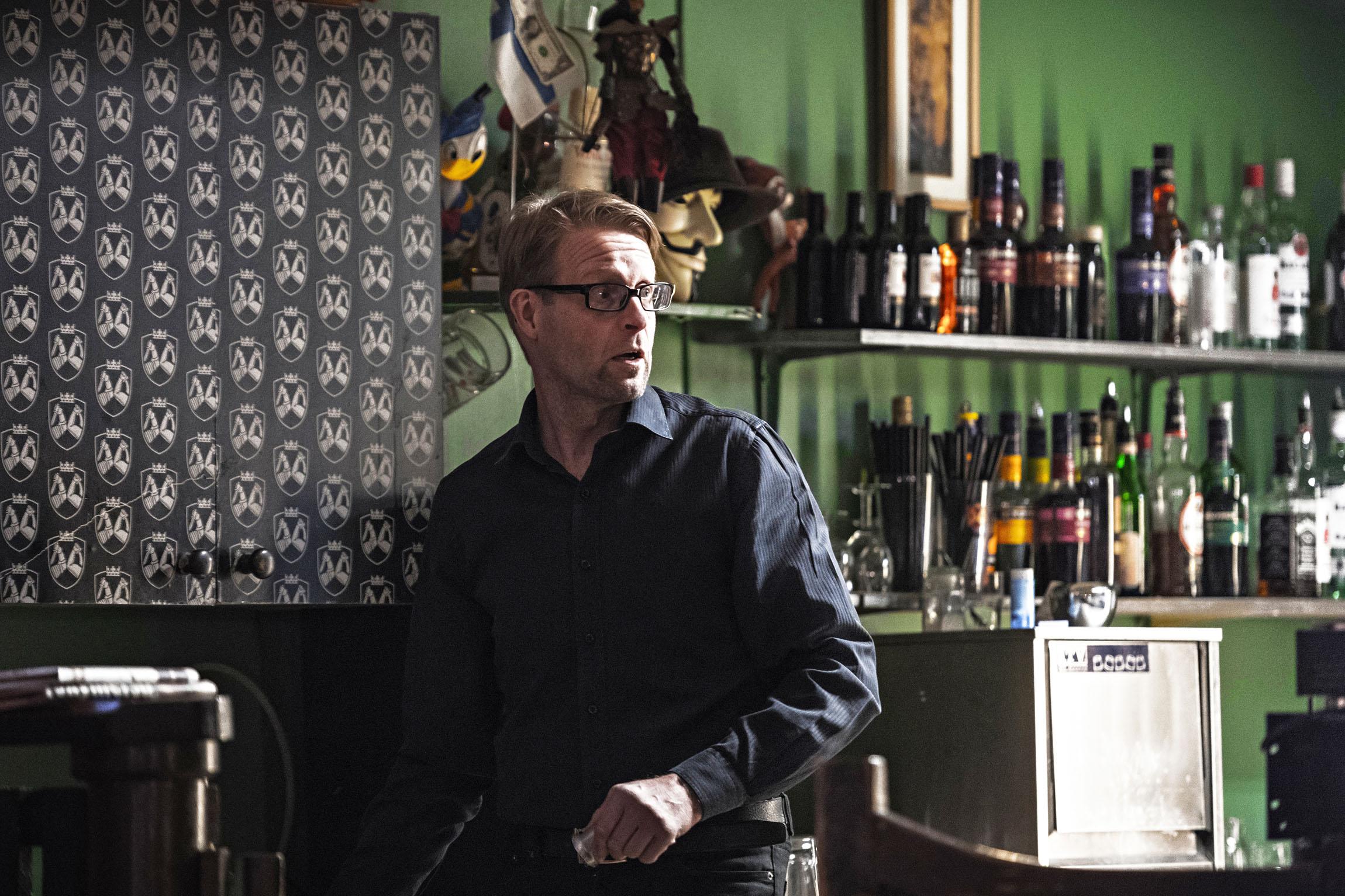 Ravintoloitsija Juha Immoselle on kehittynyt baaritiskin takana pistämätön ihmistuntemus. Ärtyneille asiakkaille hän suosittelee hetkeä mökötysnurkassa.