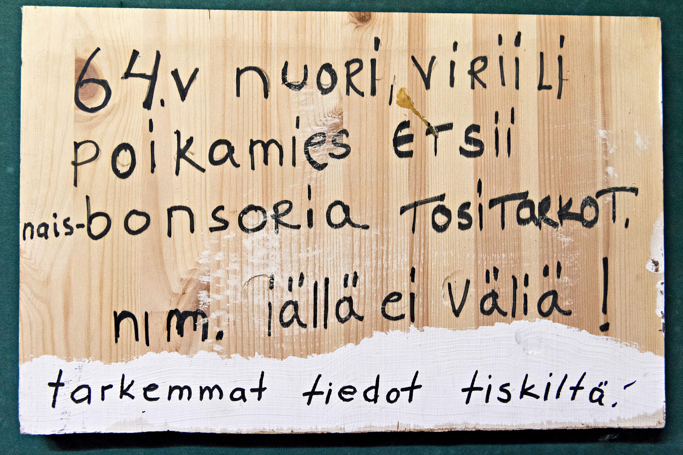 Mökötysnurkan perustanut, jo edesmennyt Jussilan kanta-asiakas Jaska askarteli myös seuranhakukyltin.