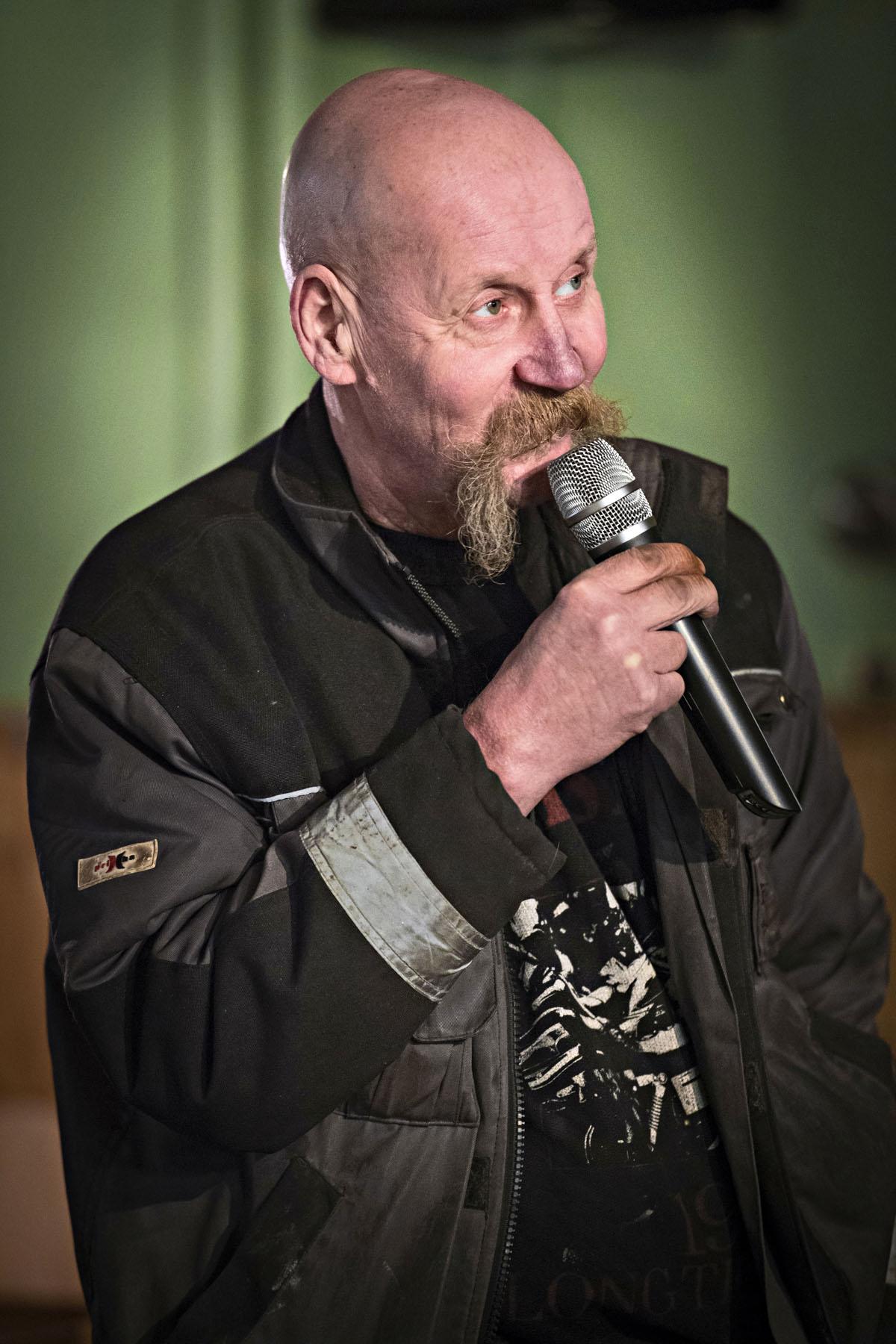 Ari Sitronen intoutuu esittämään karaokessa Citroën-miehen laulun.