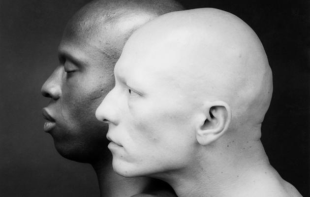 Mustavalkoinen kuva kahdesta ihmisestä