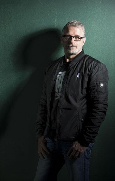 Marko Kilpi on työskennellyt Kuopion poliisissa vuodesta 2000. Esikoiskirjansa Jäätyneitä ruusuja hän julkaisi 2007.