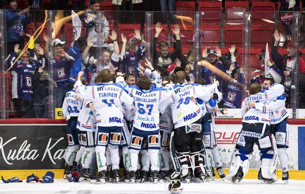Keuruulaiset sekosivat, kun paikallinen jääkiekkojoukkue voitti mestiksen sm-kultaa.