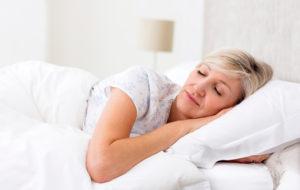 Nainen nukkuu levollisesti
