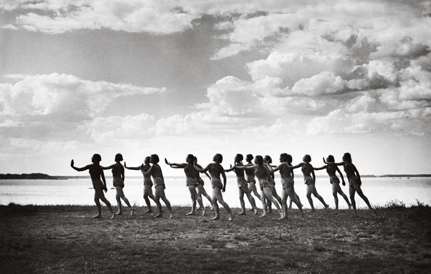 Naisvoimistelu, mustavalkoinen kuva