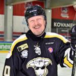 """Jäällä taituroi myös Pietarinkadun Oilersin pitkäaikainen pelimies, muusikko Paavo """"Pave"""" Maijanen."""