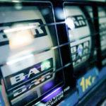 Yhä useampi suomalainen on jäänyt peliautomaattien koukkuun.