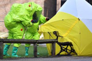 Pelastajat suojaavat Salisburyssa Etelä-Englannissa 8. maaliskuuta 2018 penkin, jolta Sergei ja Julija Skripal löydettiin.