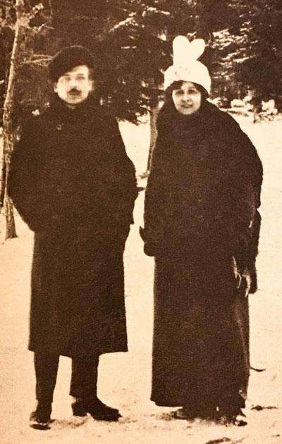 Toivo ja Alma Kuula kävelyllä Helsingin Seurasaaressa 1914.