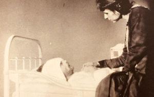 Alma Kuula miehensä kuolinvuoteen äärellä Viipurin lääninsairaalassa. Kuva on otettu neljä päivää ennen Toivo Kuulan kuolemaa.