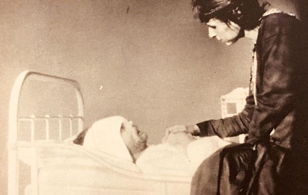 Alma Kuula miehensä Toivo Kuulan kuolinvuoteen äärellä Viipurin lääninsairaalassa. Kuva on otettu neljä päivää ennen Toivo Kuulan kuolemaa.