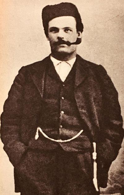 Toivo Kuula eteläpohjalaisten kansanlaulujen keräysmatkalla vuonna 1906. Alavudella 1883 syntynyt Kuula kutsuttiin viipurilaisen orkesterin kapellimestariksi 1916.