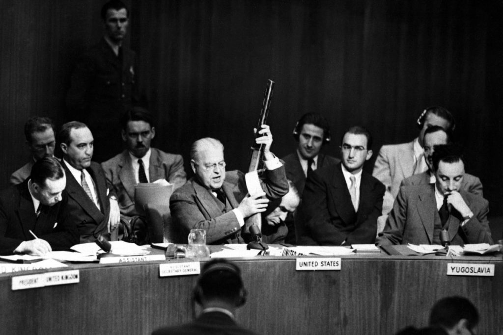 Suurlähettiläs Warren Austin ja neuvostomallinen ase YK:n turvallisuusneuvostossa 18.9.1950.
