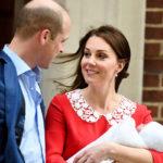 Herttuatar Catherine poseerasi prinssi Williamin ja poikavauvan kanssa kameroille vain seitsemän tuntia synnytyksen jälkeen.