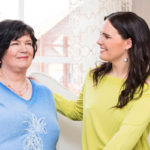 """""""Äidin ansiosta osasin valmiiksi entisajan iskelmät, kun aloitin tanssiorkesterin solistina"""", Anne Mattila kiittää äitiään."""