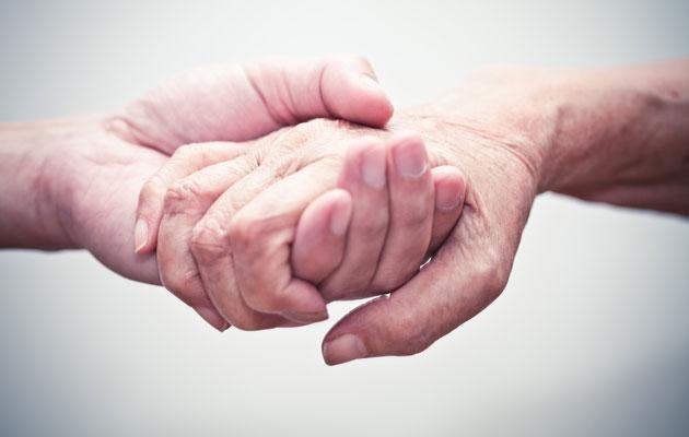 Kymmenet tuhannet elämänkumppanit elävät muistisairaiden elävinä leskinä.