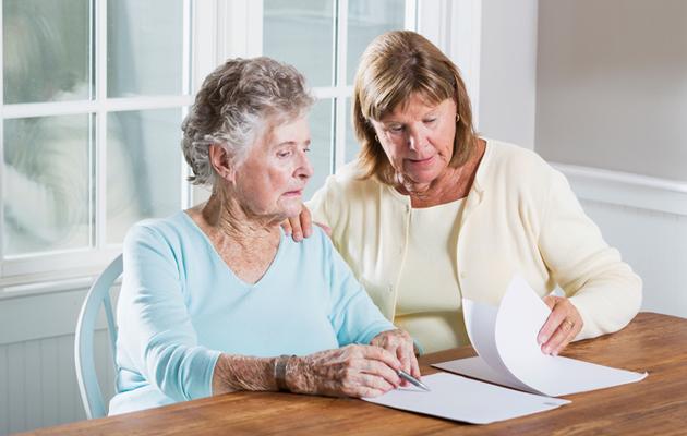 Äiti ja tytär hoitavat paperiasiat kuntoon