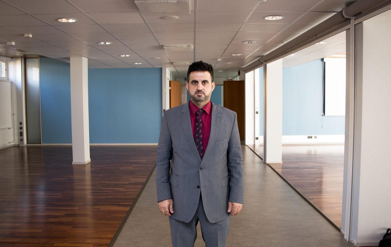 IHEC:n Adnan Hammo esittelee Irakin vaalien 2018 Helsingin äänestyksen tulevaa äänestyspaikkaa.