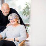 Kalle Lähde ja Seija Bäckman iloitsevat hyvistä väleistään. Kallen läpikäymään hoitomuotoon kuuluu, ettei menneisyyttä käytetä lyömäaseena. Keskitytään tähän päivään.