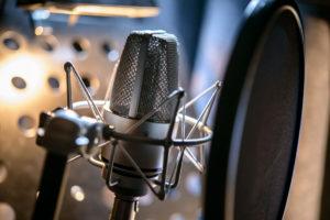 Kuvituskuva: mikrofoni äänitysstudiossa.